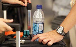 В самолетах могут позволить провозить жидкости